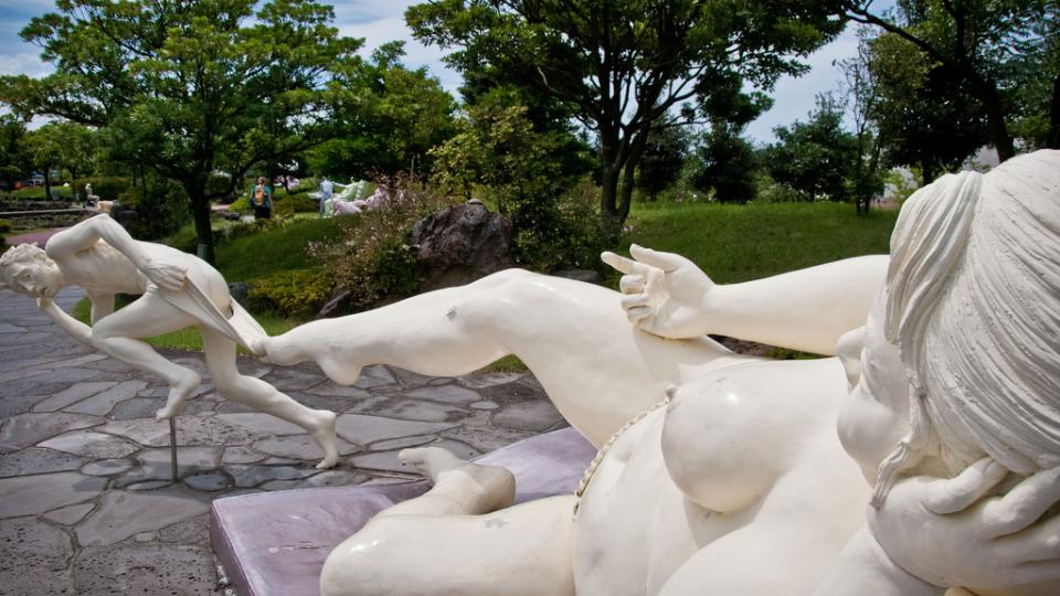 statue-of-women-teasing-man-statue