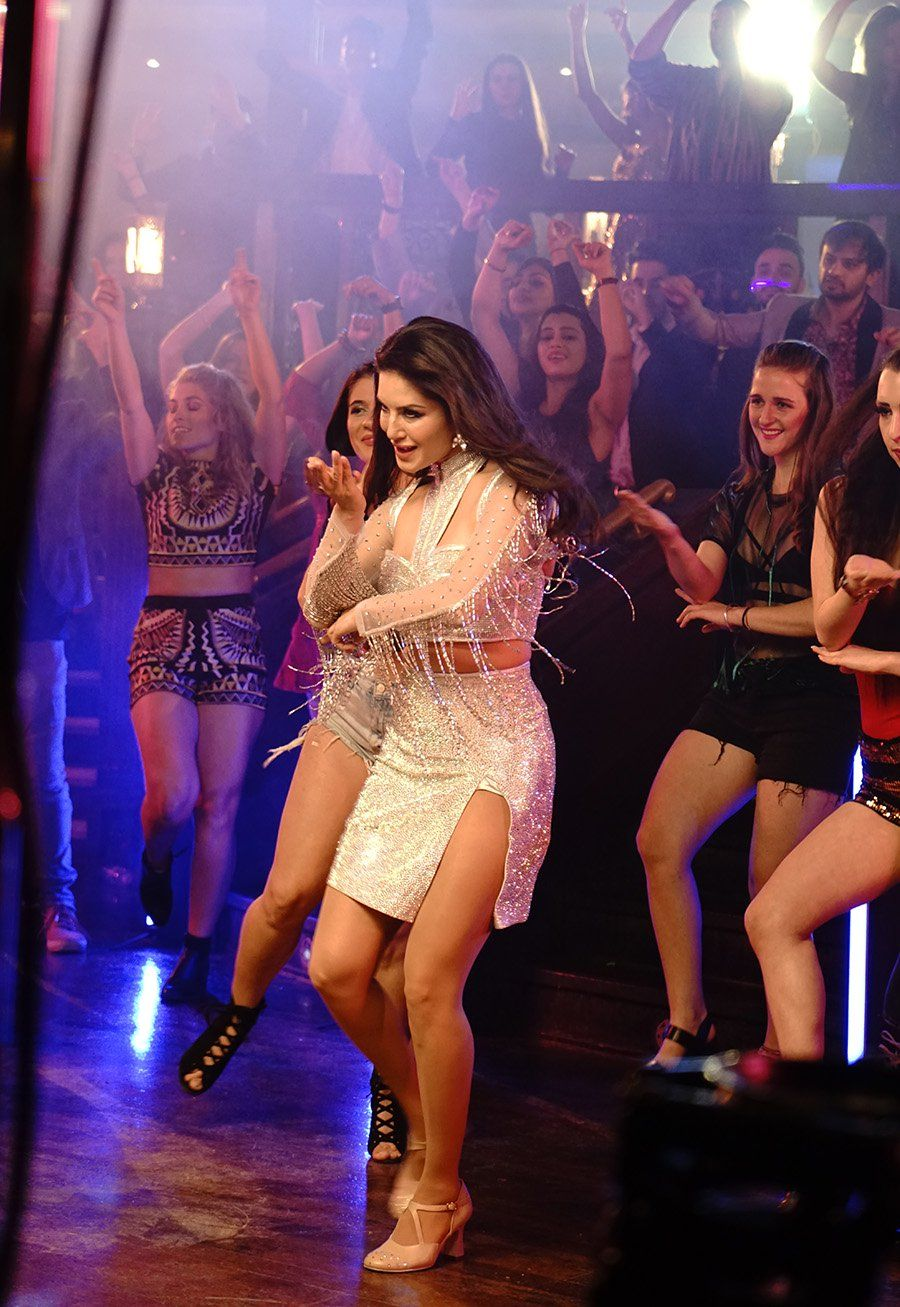 sunny-leone-dancing-with-two-hundred-dancers